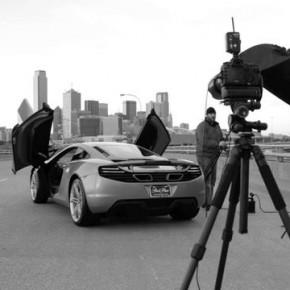 Zdjęcia samochodu McLarena na ruchliwej drodze Dallas