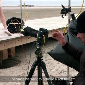 Markus Tedeskino fotografuje na plaży tancerzy baletu