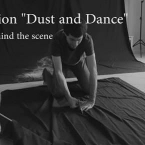 Pomysłowa sesja tancerki posypanej proszkiem na czarnym tle