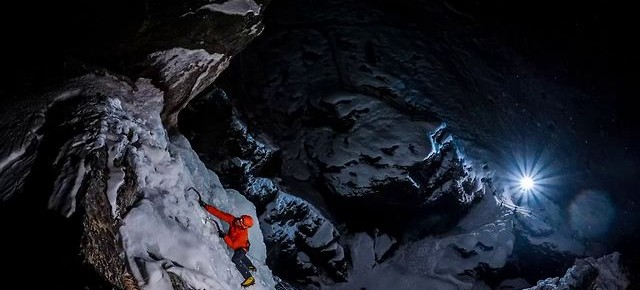 Ambasador Nikona, Kamil Tamiola fotografuje wspinacza lodowego Jeffa Mercier w jego żywiole